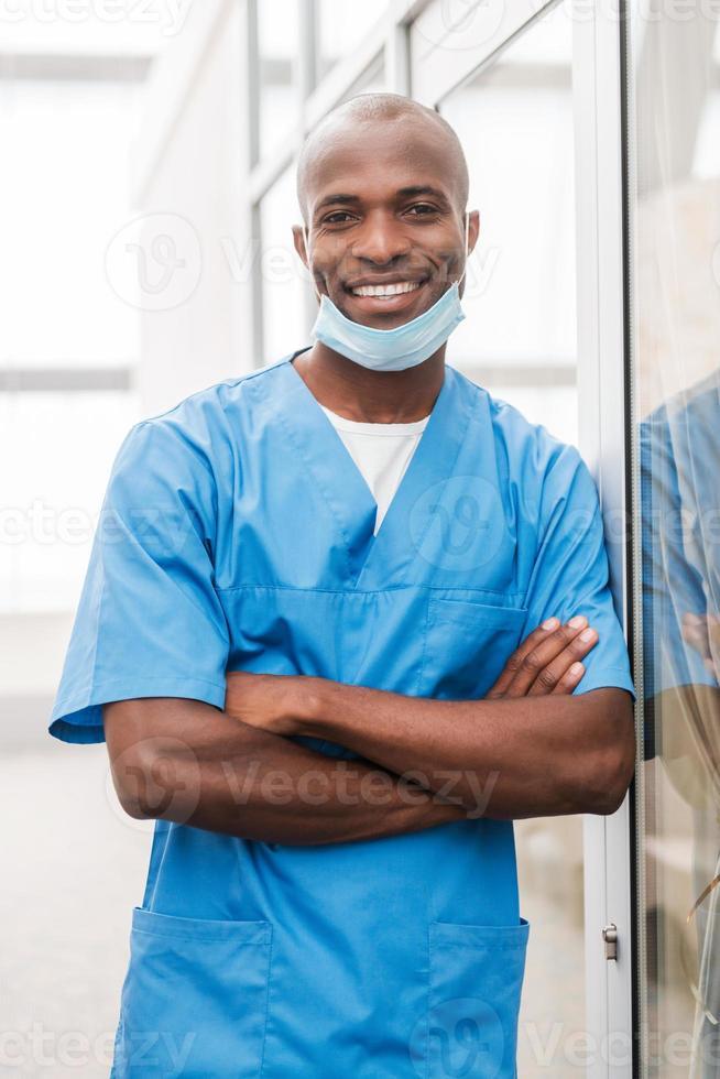 ung och framgångsrik kirurg. foto