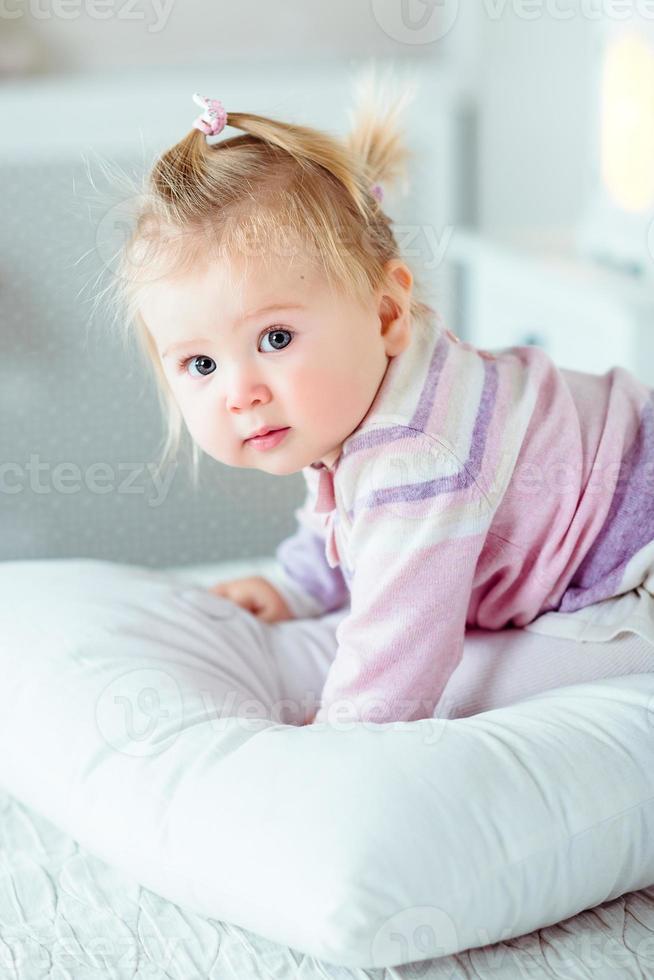 bedårande liten flicka med stora grå ögon och fylliga kinder foto