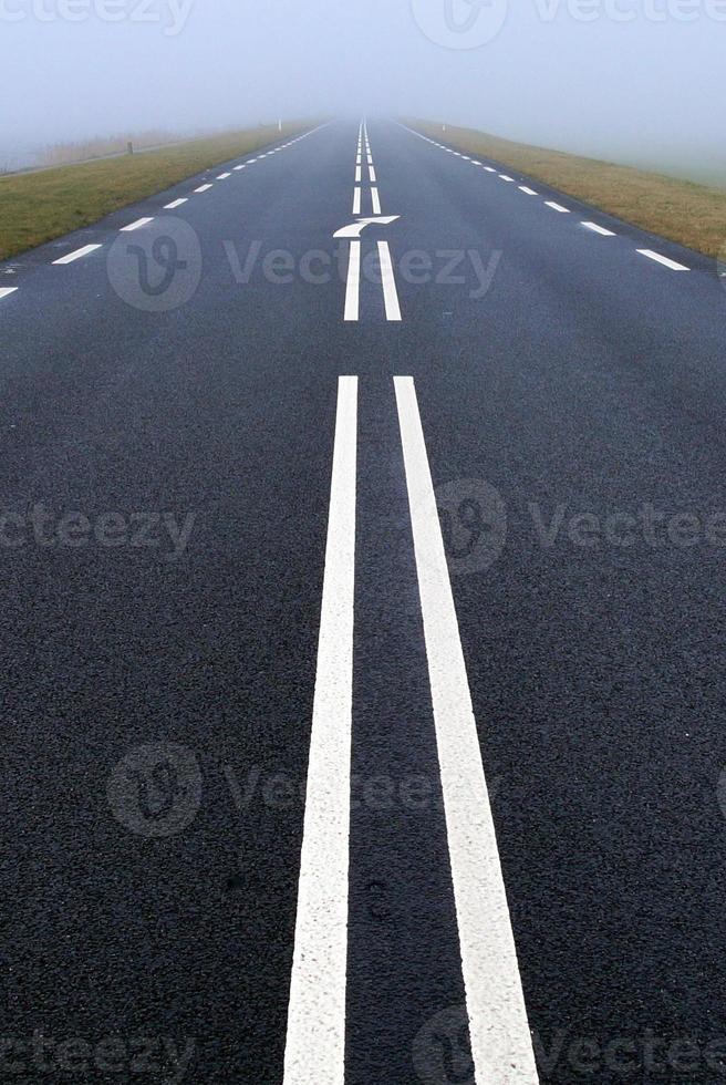 dimmig väg - dimma - vertikal foto