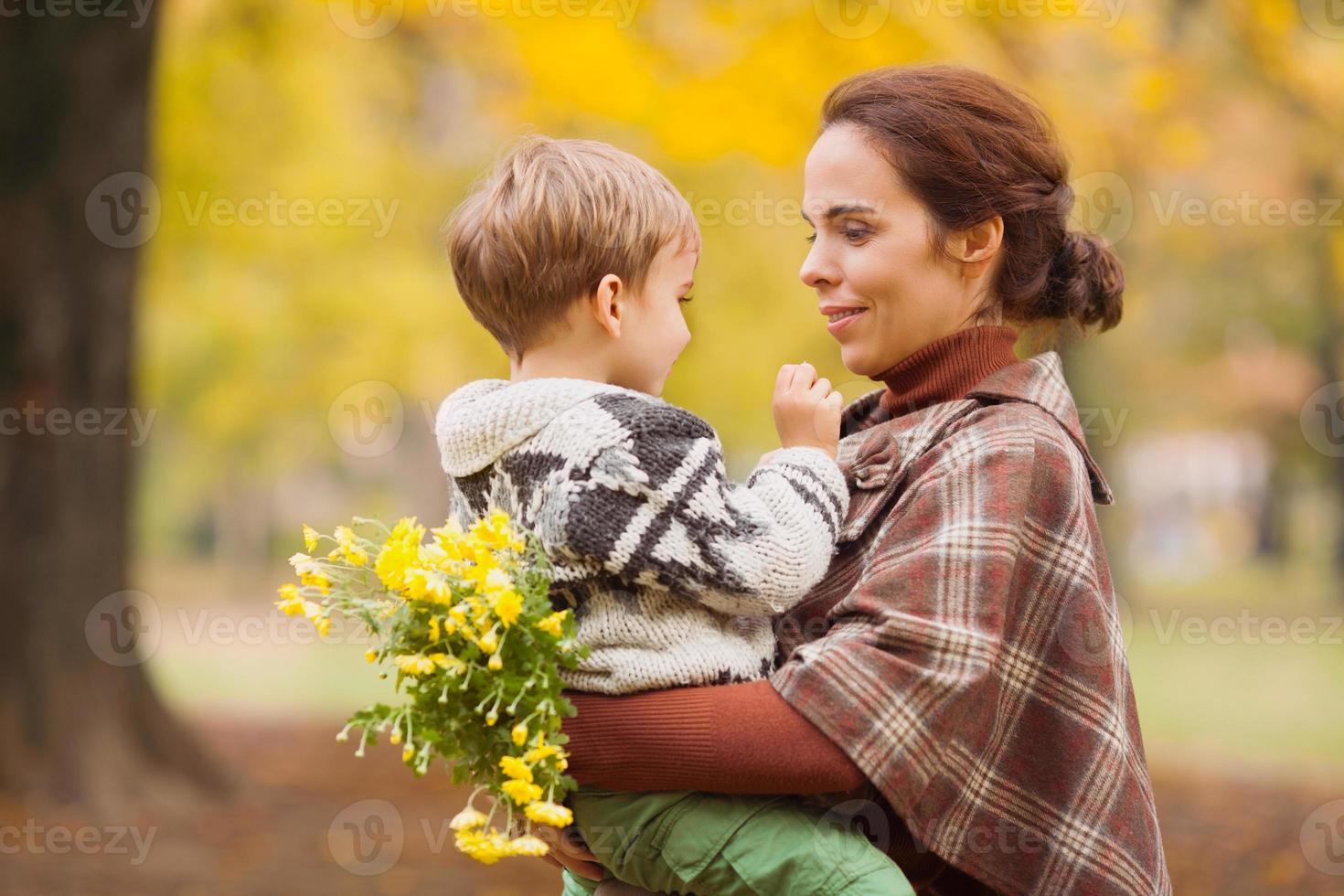 mor och son i höst park foto