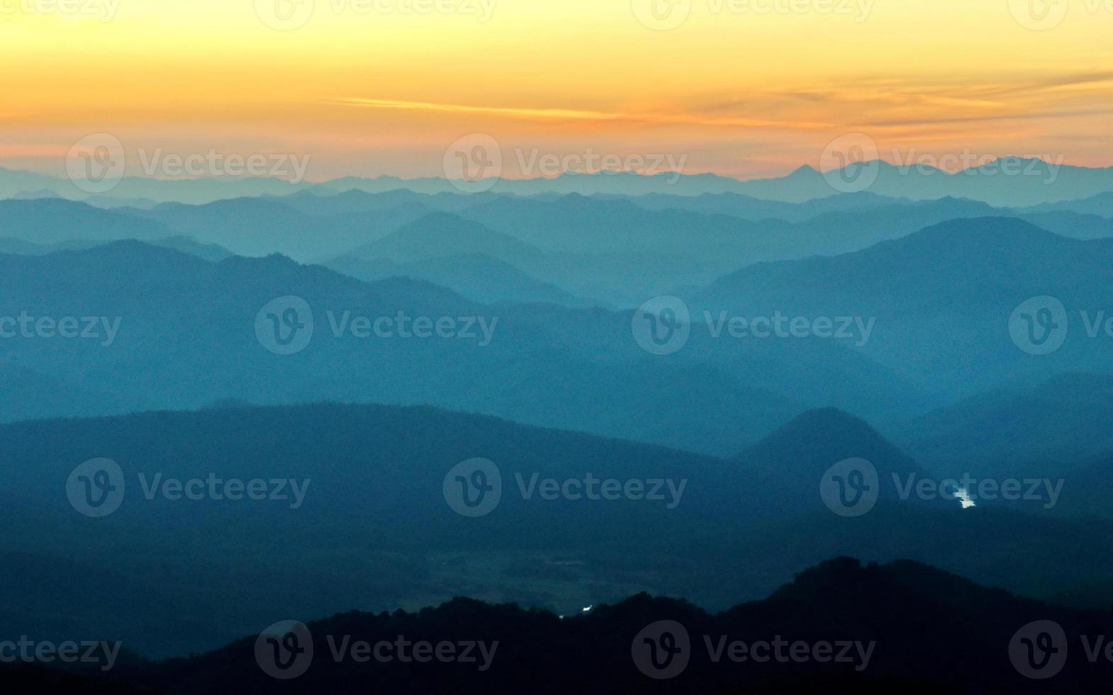 bergsbackar solnedgång lager foto