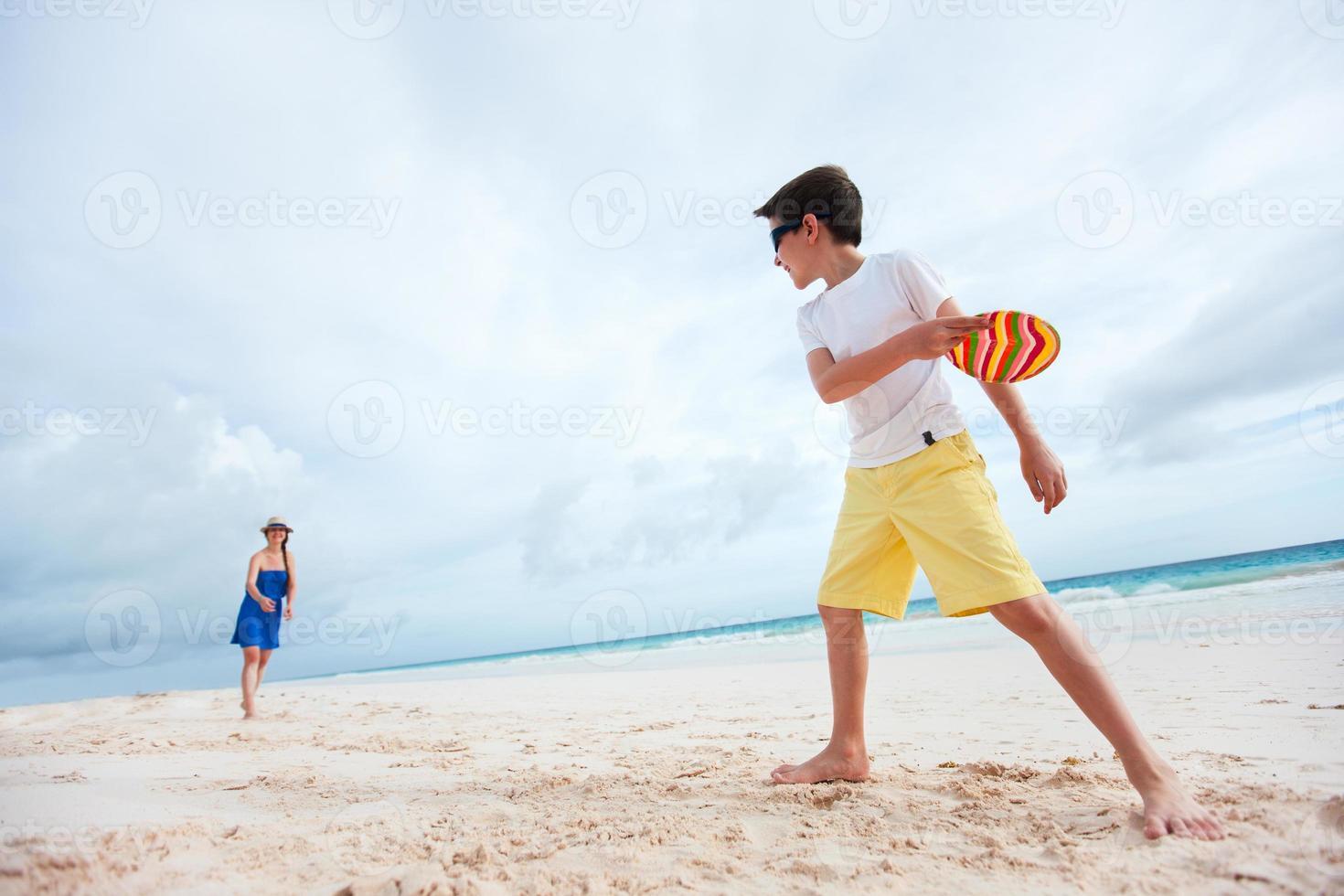 mor och son spelar frisbee foto