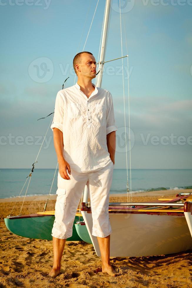 porträtt av män nära yacht foto