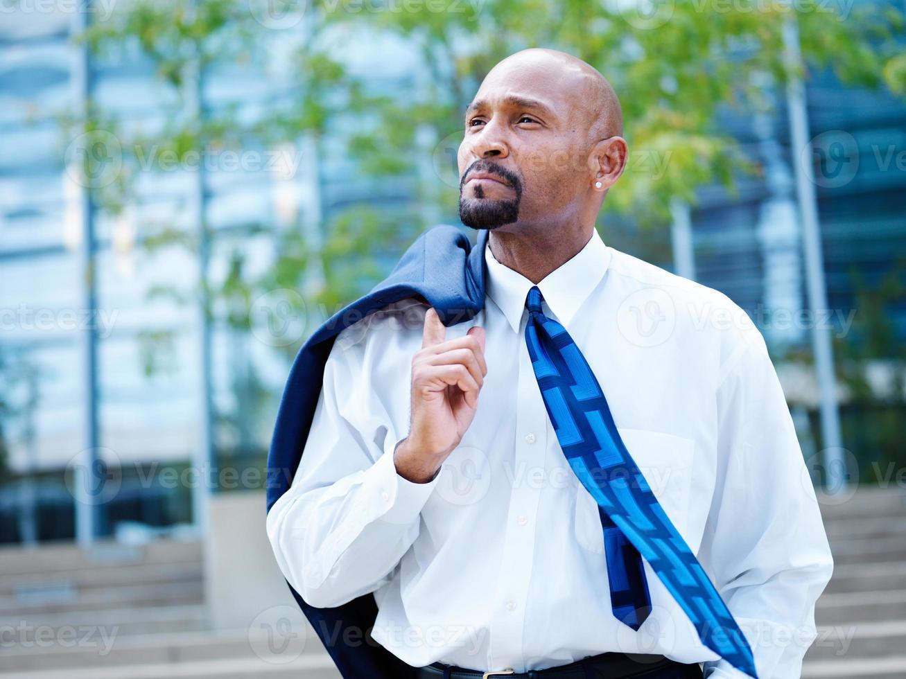 mogen afrikansk affärsman som ser bort i avstånd foto
