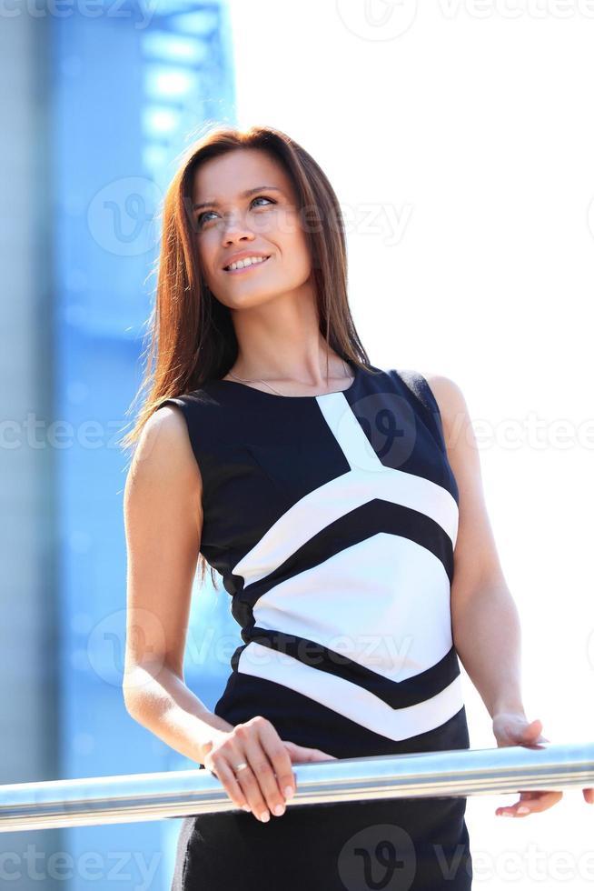 avslappnad affärskvinna med korsade armar och leende foto