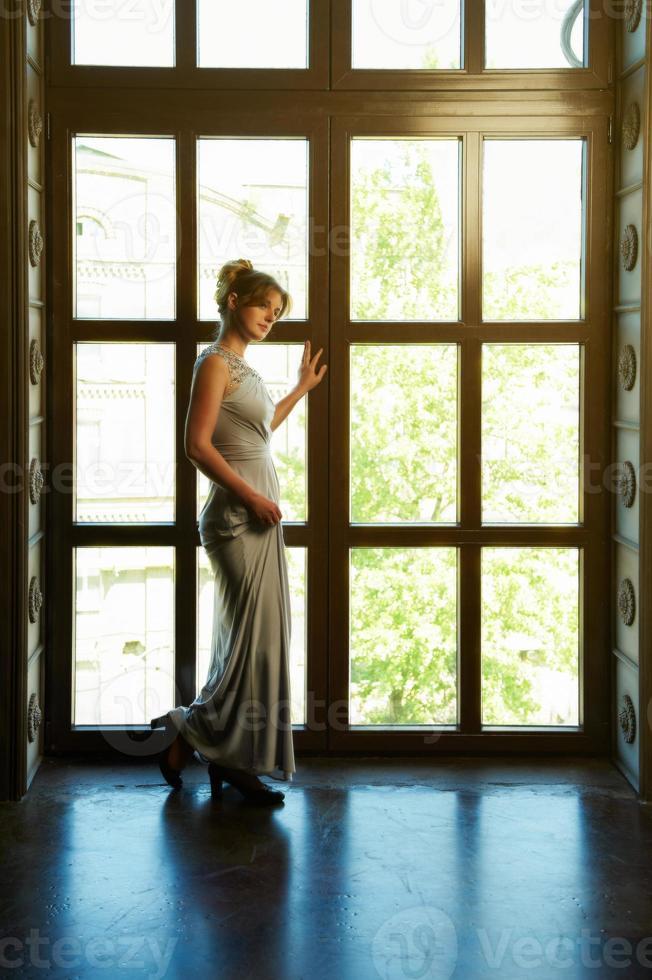 ung kvinna i aftonklänning foto