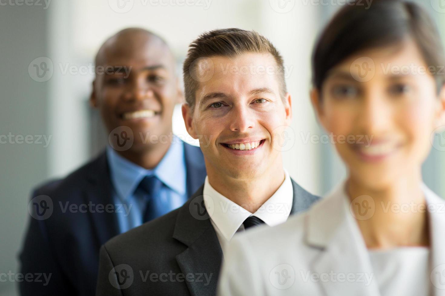 ung affärsman i rad med kollegor foto