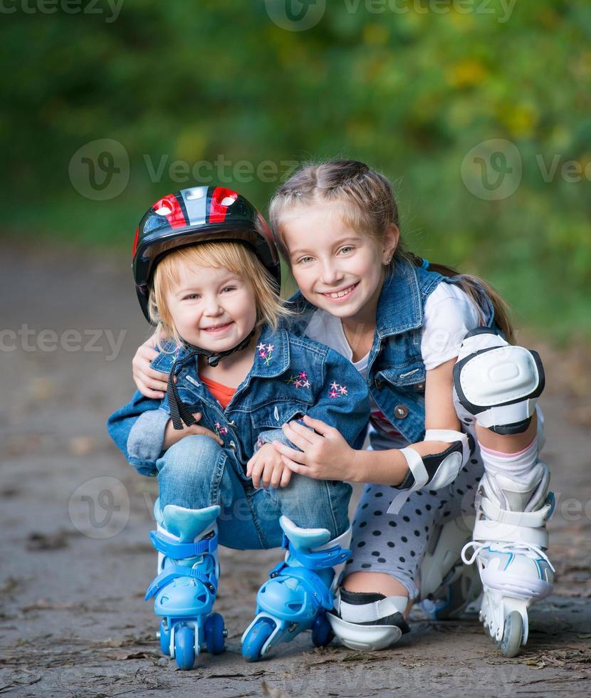 två små flickor på rullar foto