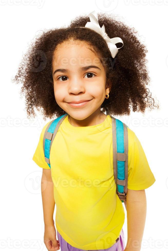 vacker söt afrikansk flicka i gul t-shirt foto