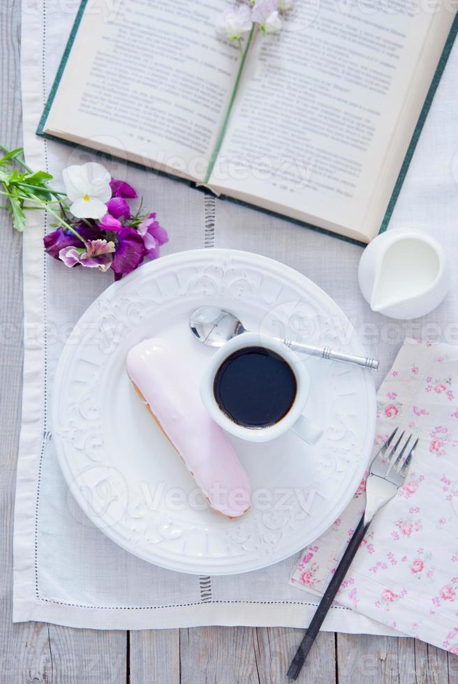 frukost - eclair och kaffekopp foto