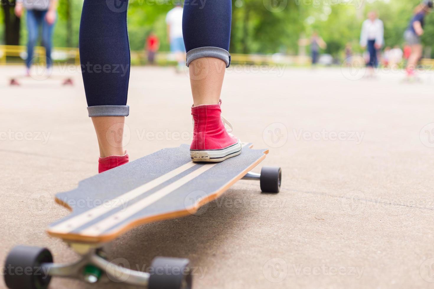 tonårig tjej öva ridning långa styrelsen. foto