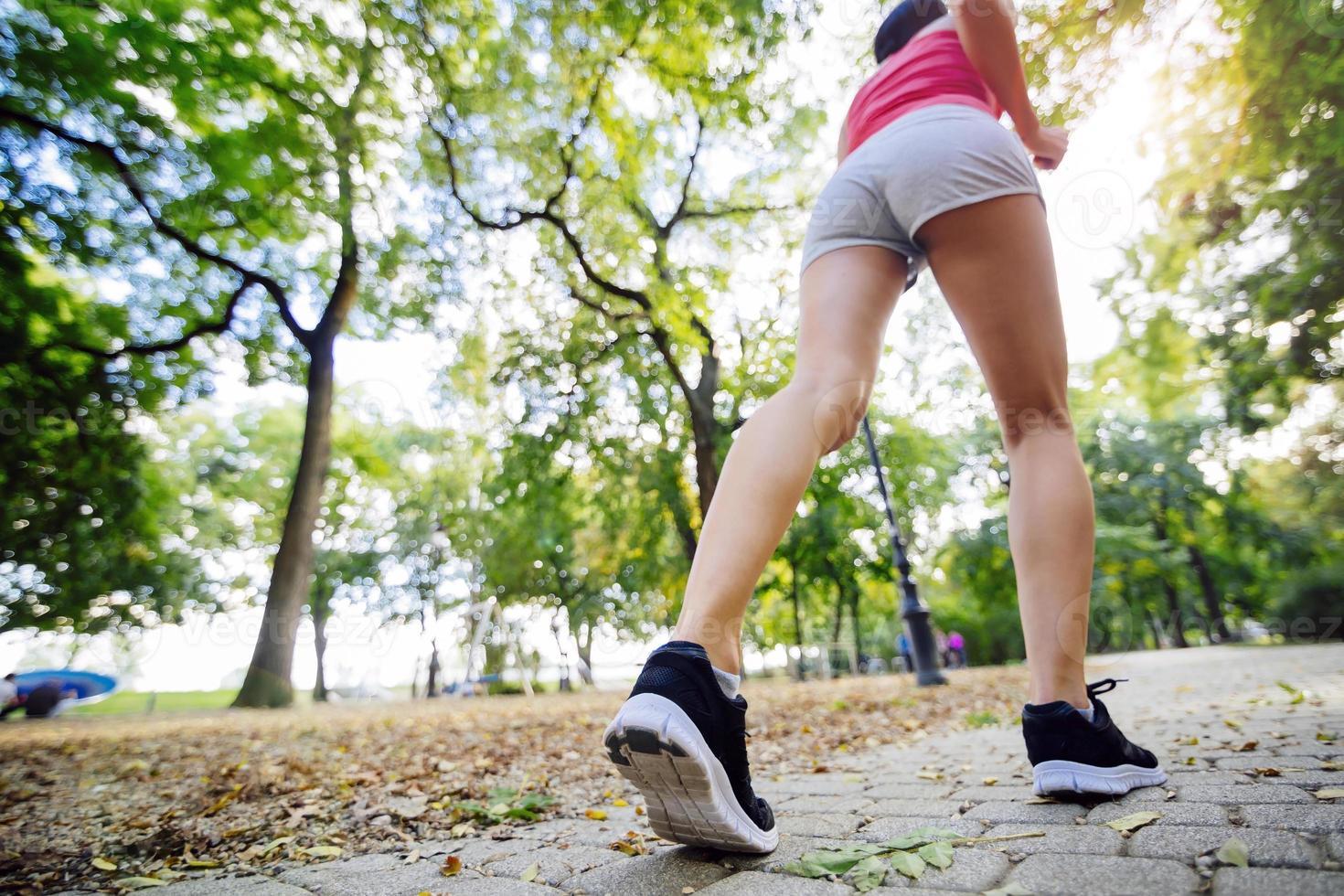 två vackra kvinnor som joggar i park foto