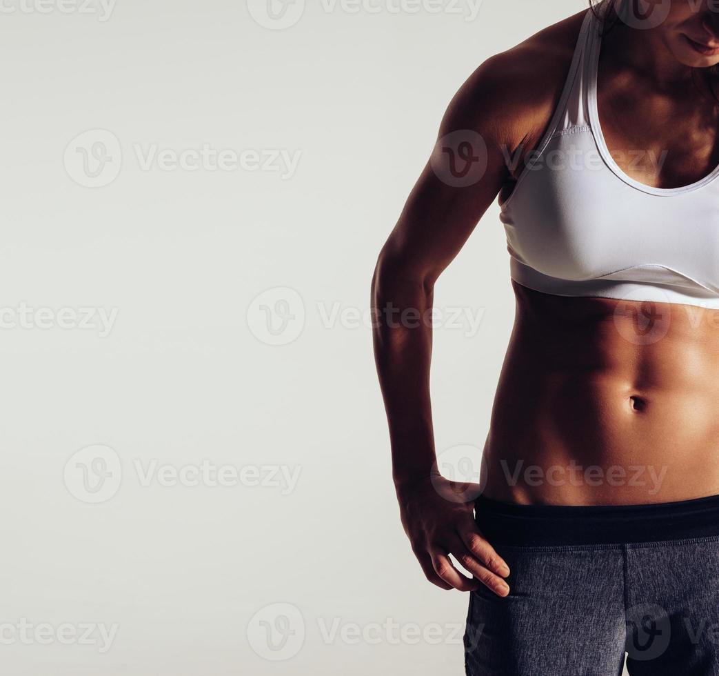 kropp av smal kvinna i sportkläder foto