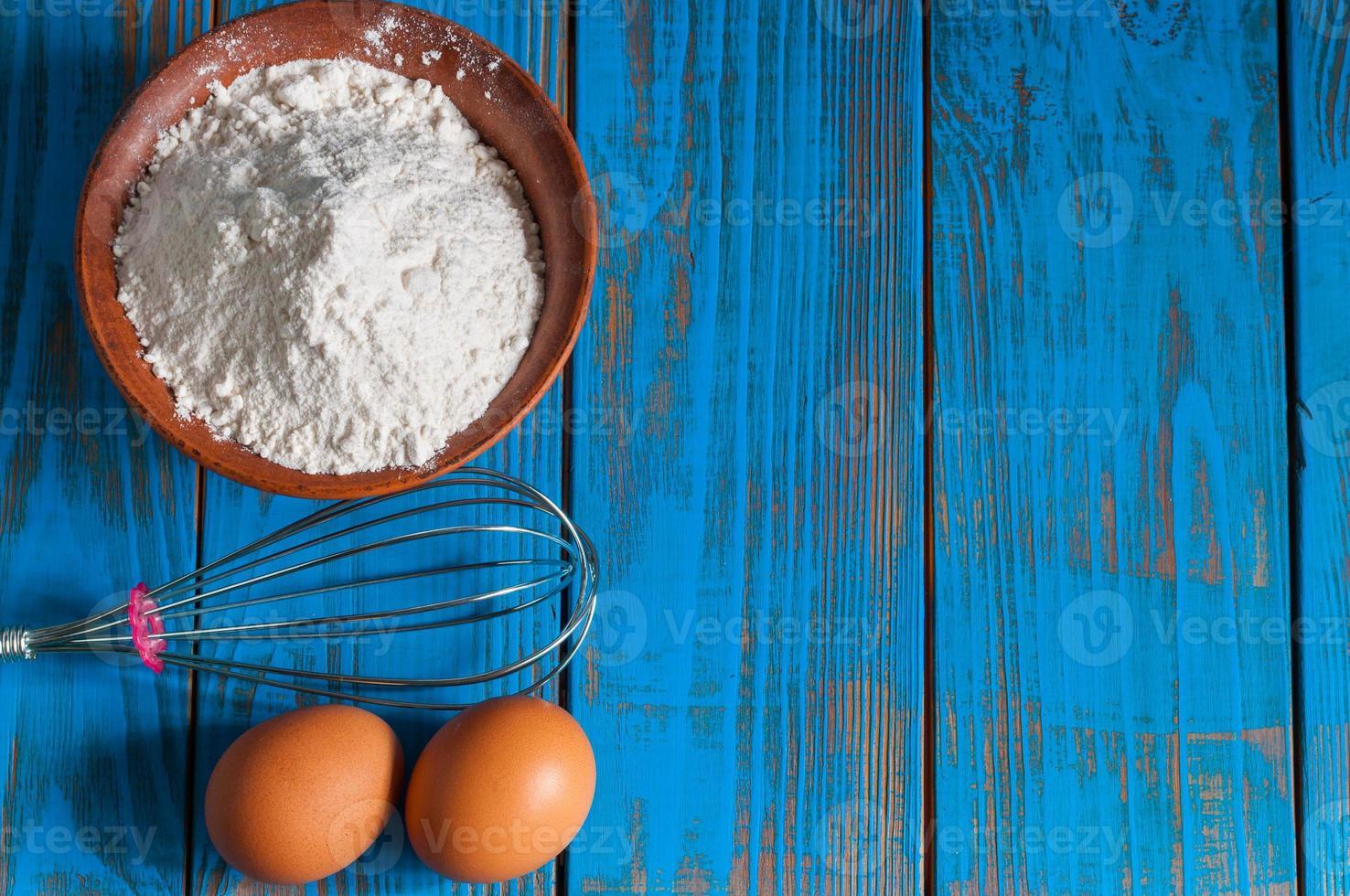 bakning kaka i lantligt kök - degen recept ingredienser ägg foto