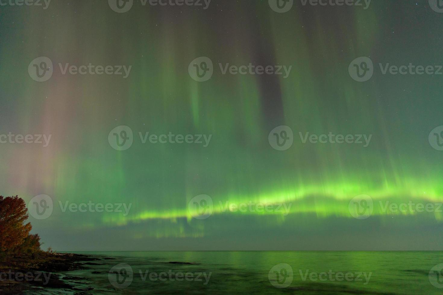 aurora borealis över sjööverlägsen i michigan foto