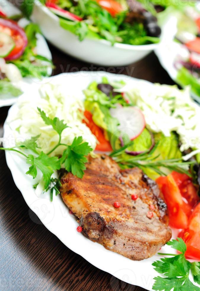 sallad och kött foto