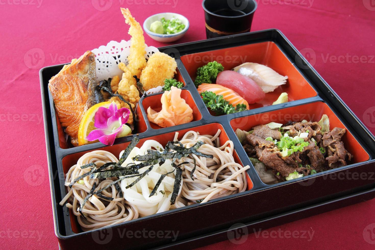 japansk bentosushi och soba foto