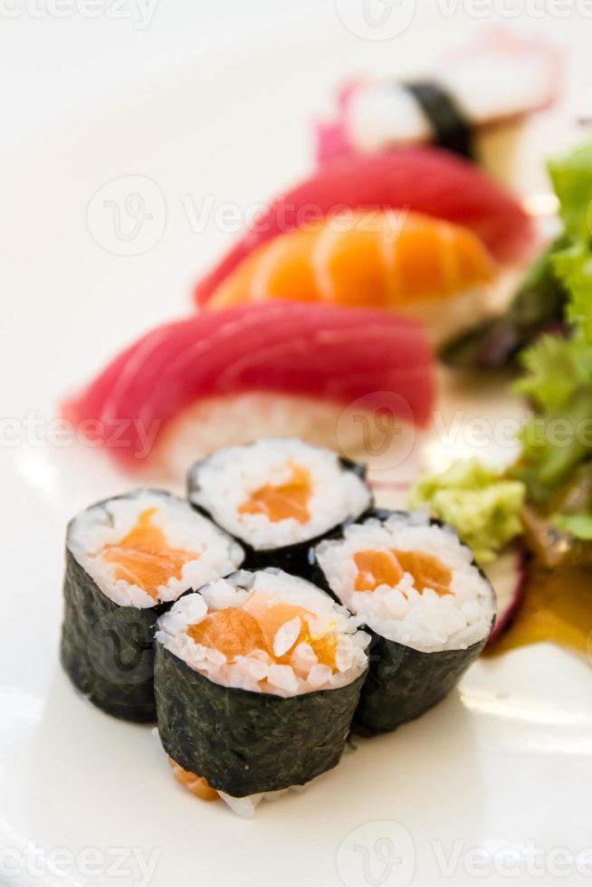 lax maki sushi, grunt skärpedjup foto