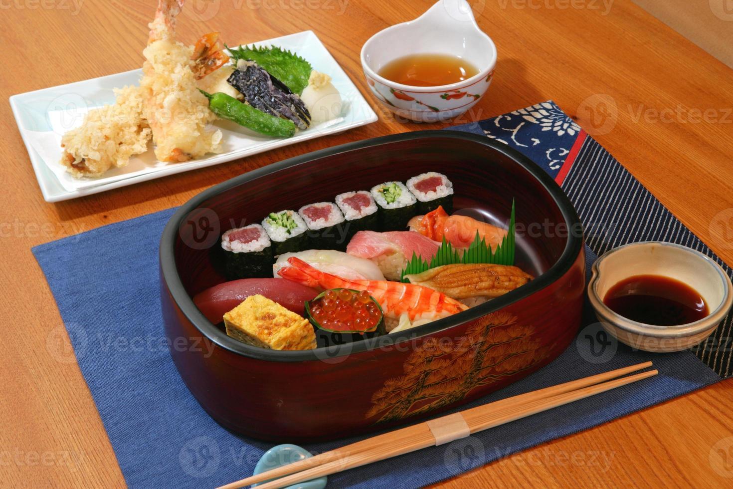 sushi och tempura foto