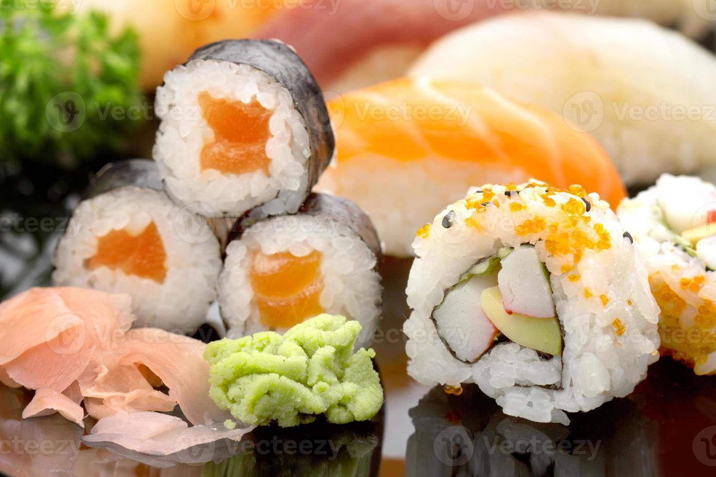 sushi på svart maträtt foto