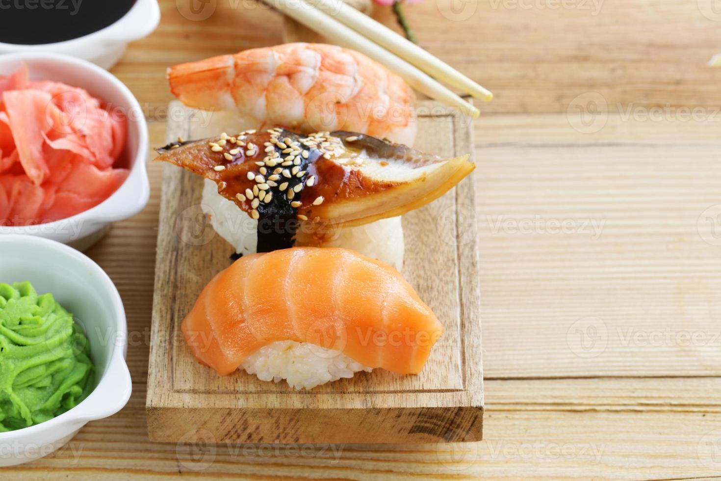 japansk traditionell matsushi med lax, tonfisk och räkor foto