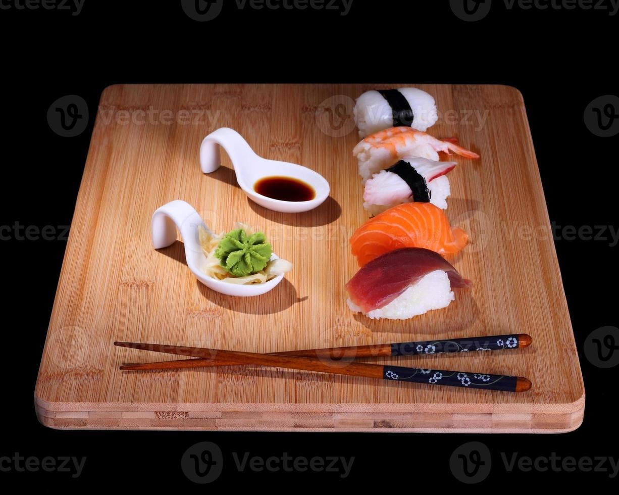 fem arter av fisksushi på bambusbräde foto