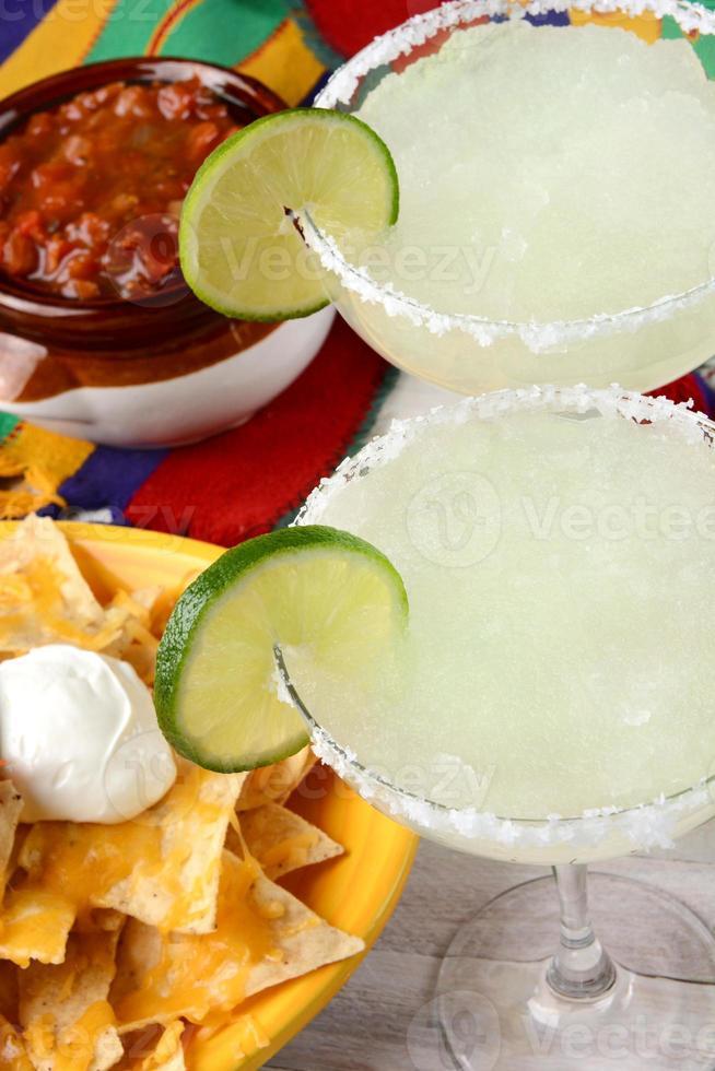 två margaritas nachos och salsa foto