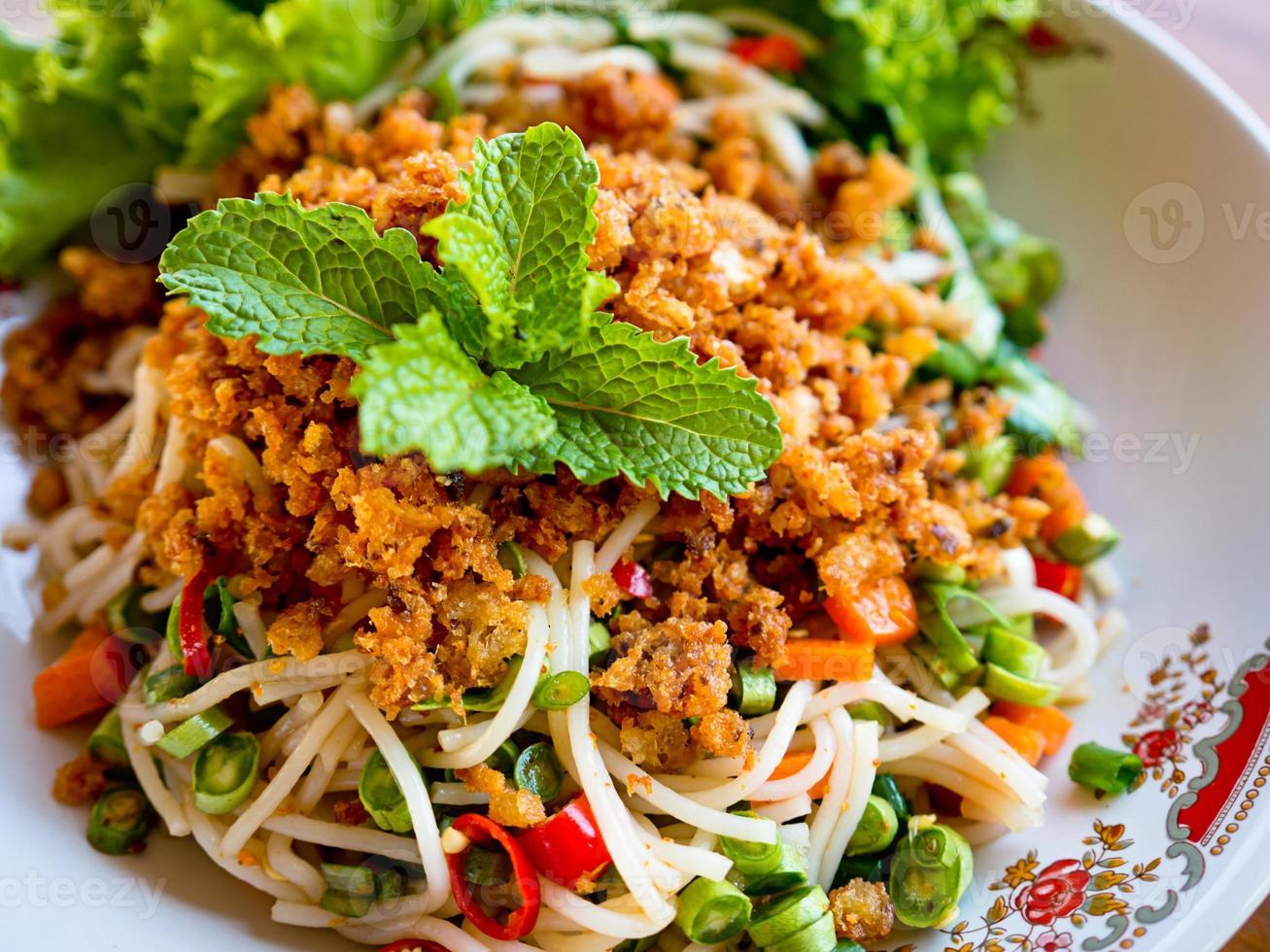 kryddig ris vermicelli sallad foto