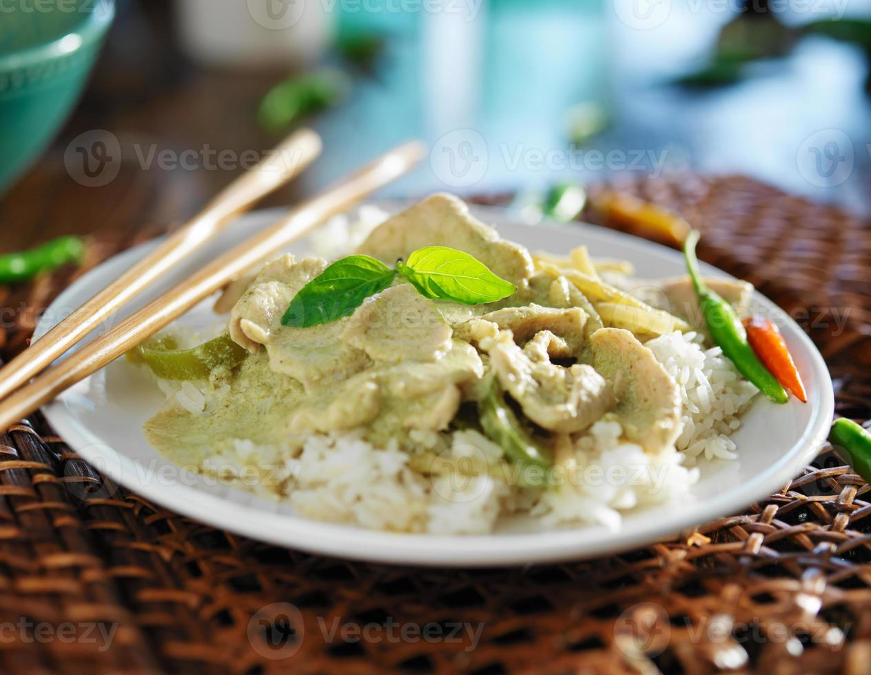 tallrik med grön thai kyckling curry foto