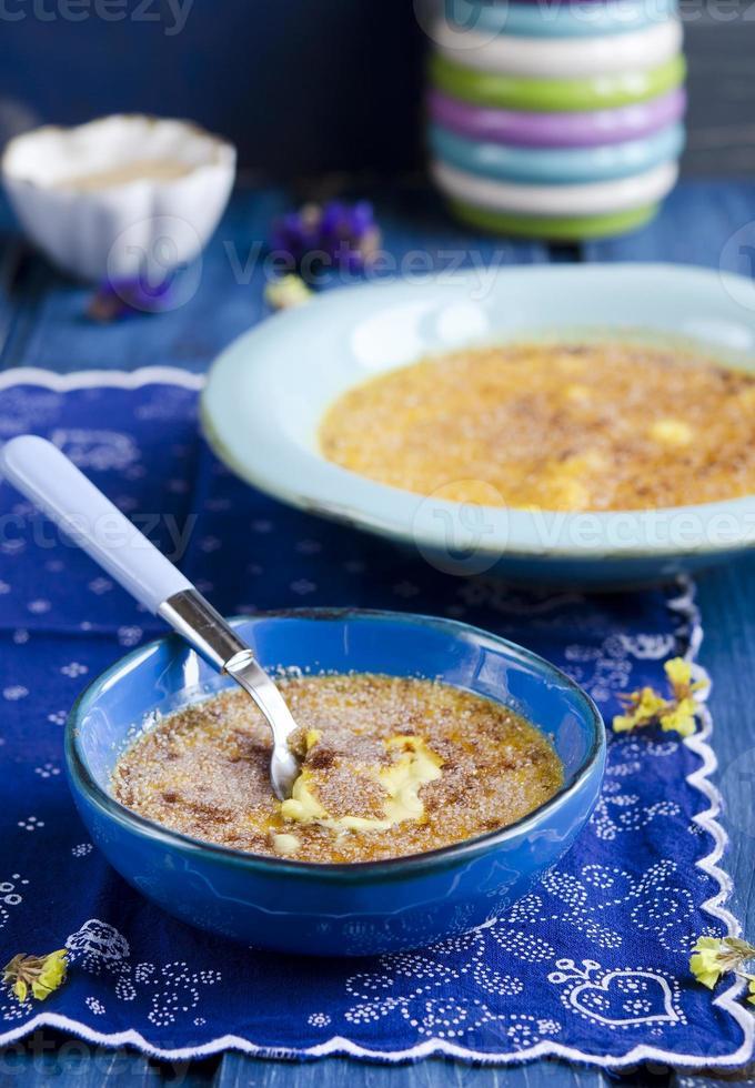 creme brulee. traditionell fransk vaniljkrämdessert foto