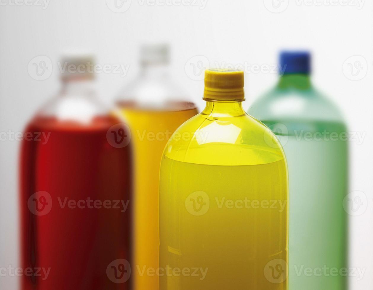 våta flaskor med läsk på vit bakgrund foto