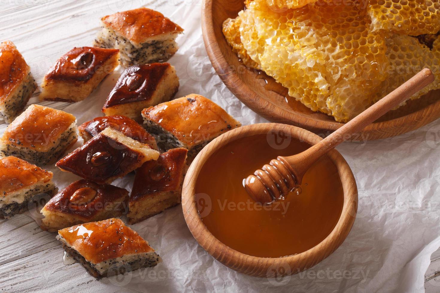 orientaliska godis: baklava med vallmo och nötter och en honungskaka. foto
