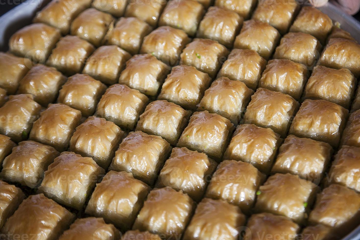 baklava, turkisk efterrätt gjord av tunn bakelse, nötter och honung foto