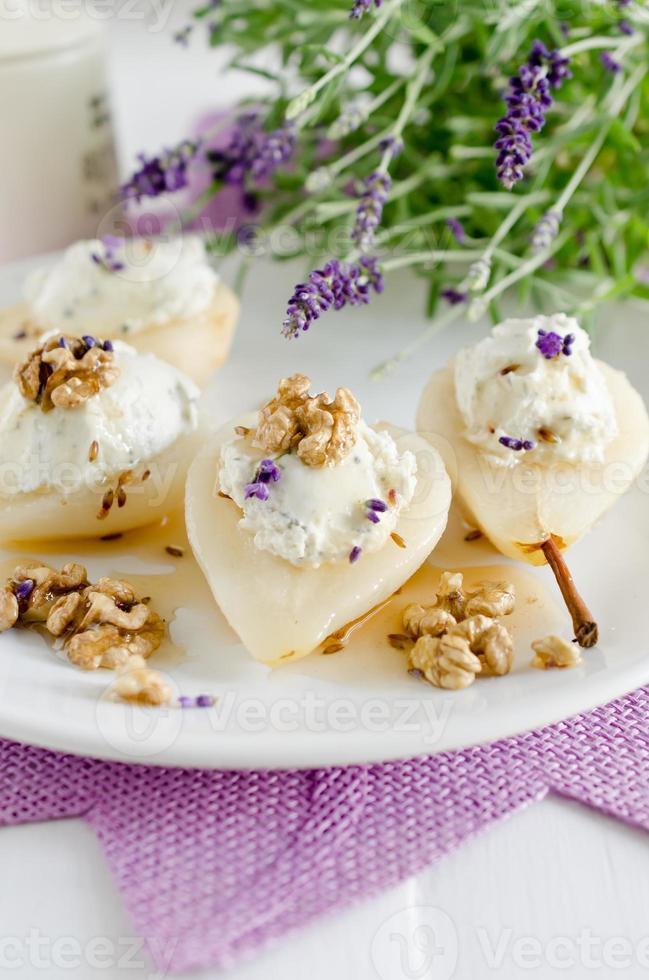 päron fyllda med ost foto