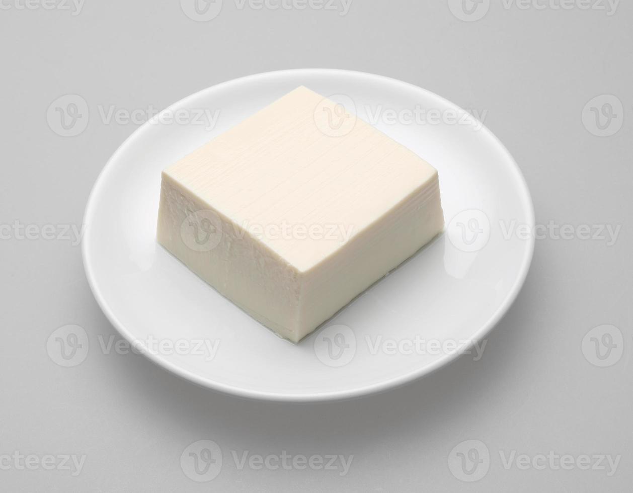 tofu på vit maträtt foto