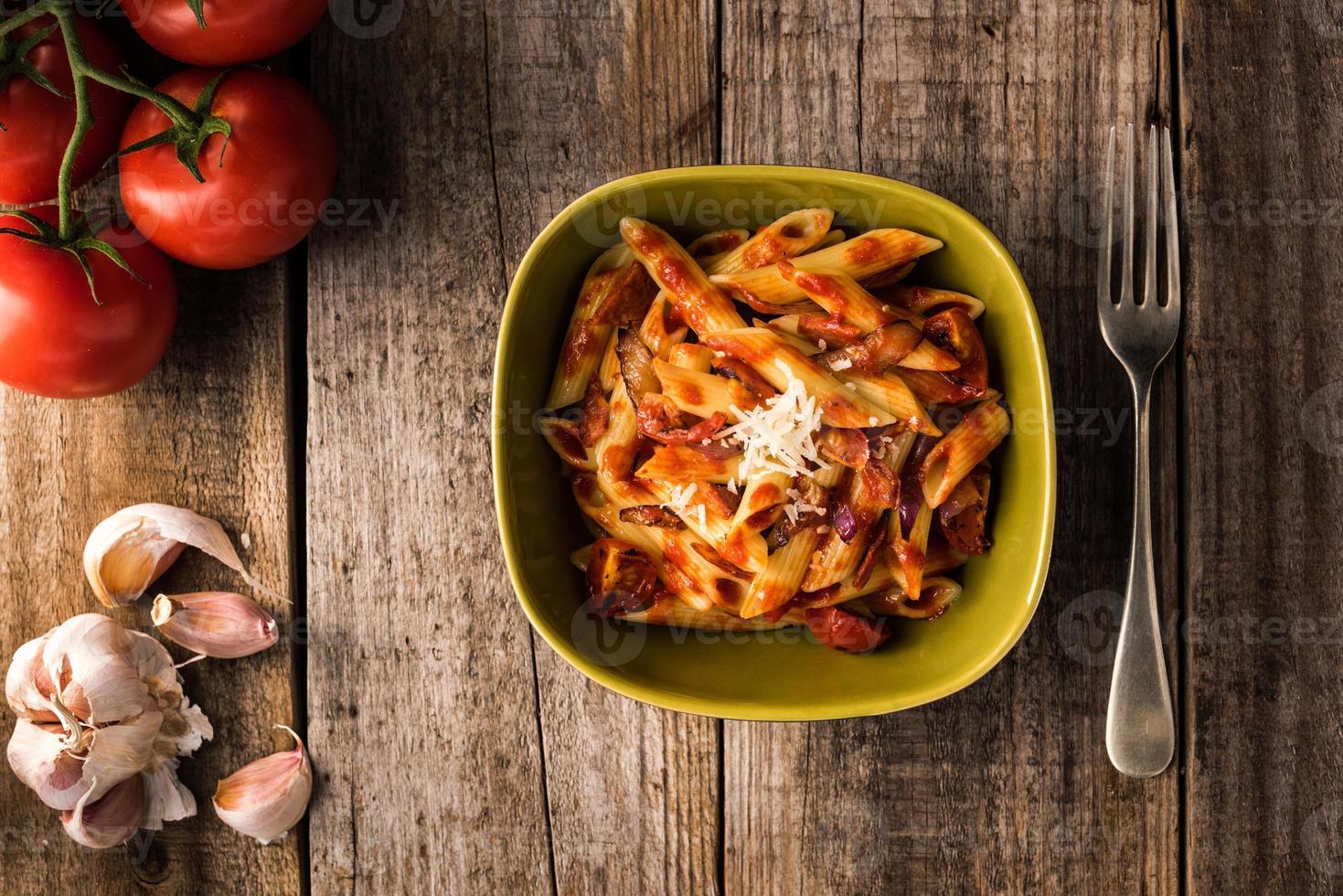 penne pasta med chorizo krämig tomatsås foto