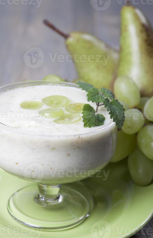 smoothies av päron och gröna druvor med yoghurt foto