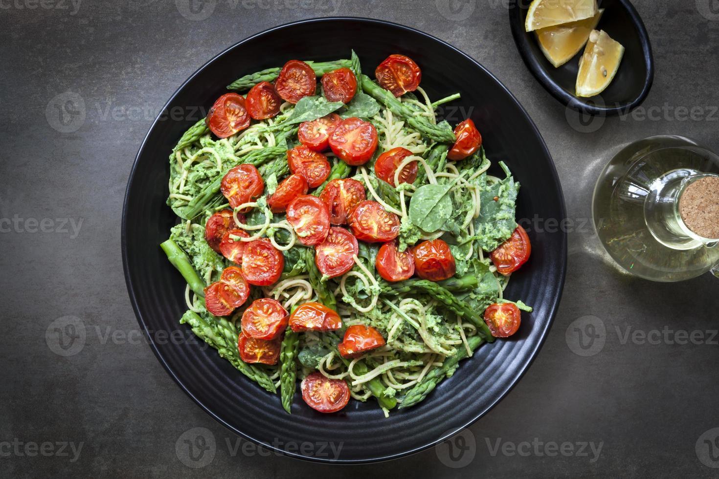 spaghetti med rostade tomater och sparrispesto foto