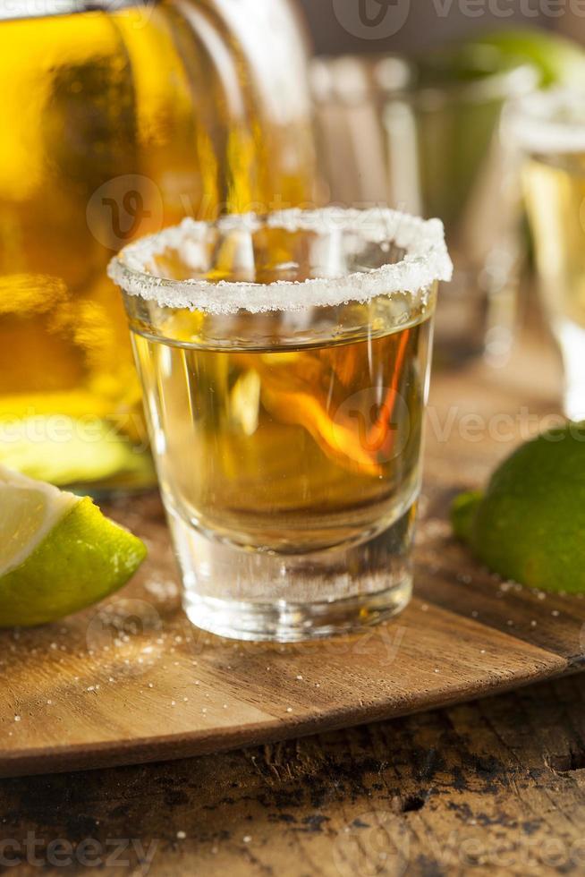 tequilaskott med kalk och salt foto