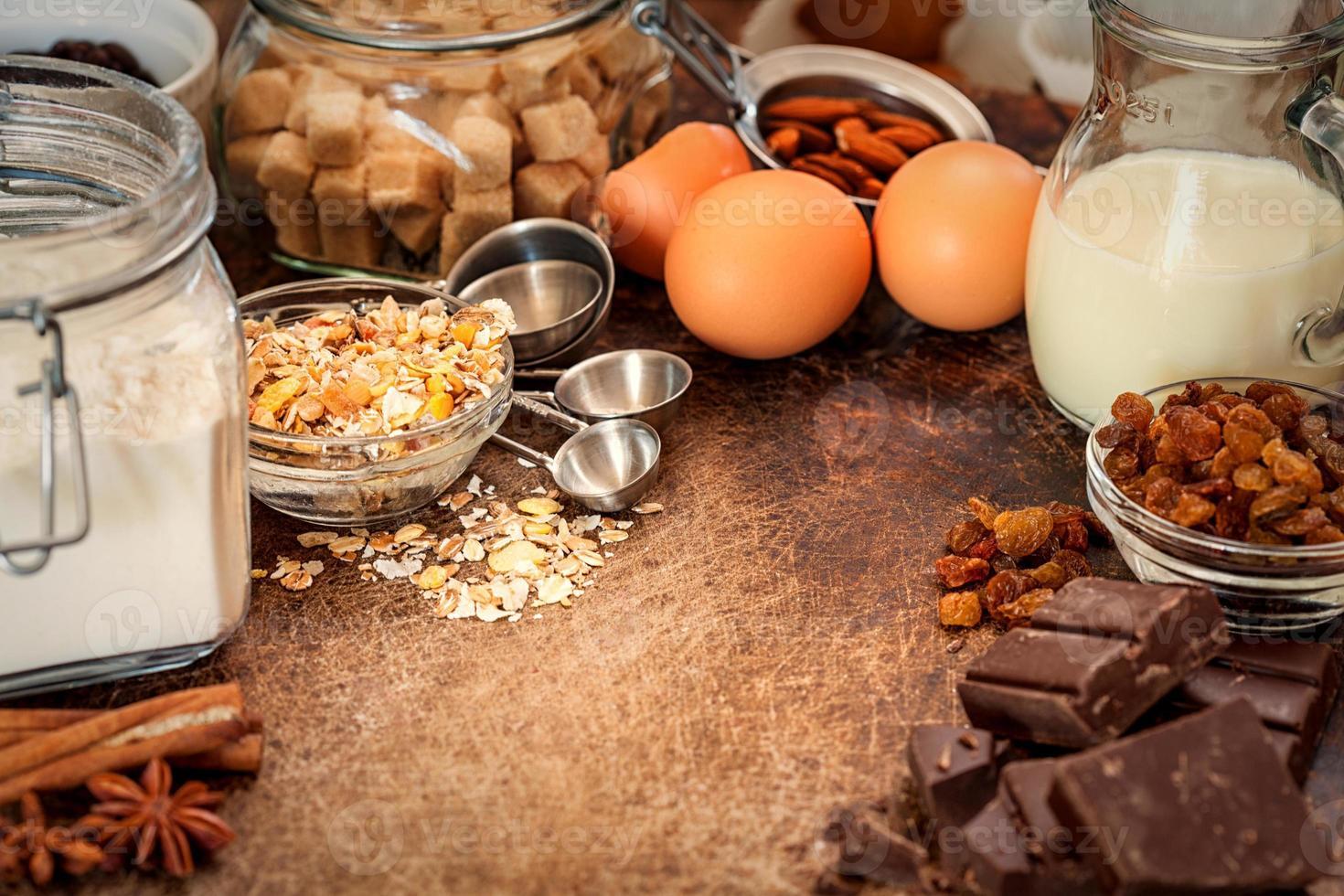 ingredienser för tårtarecept på träbakgrund foto