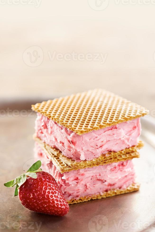 jordgubbsmörgåsglass foto