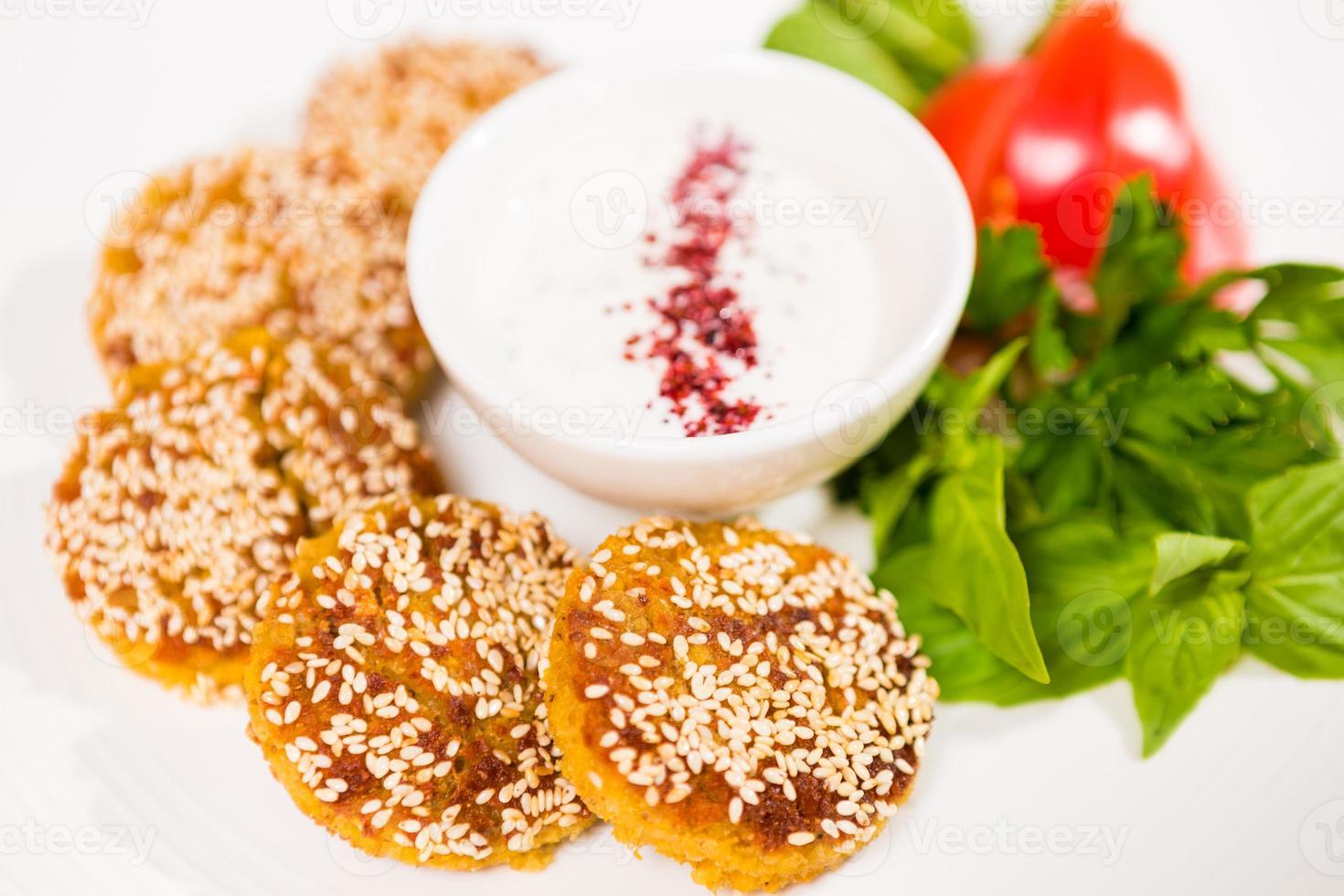 Mellanöstern köket. en tallrik med läckra falafels foto