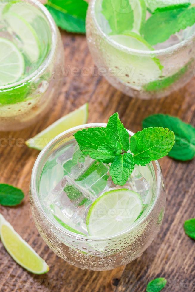 cocktail med lime och mynta foto
