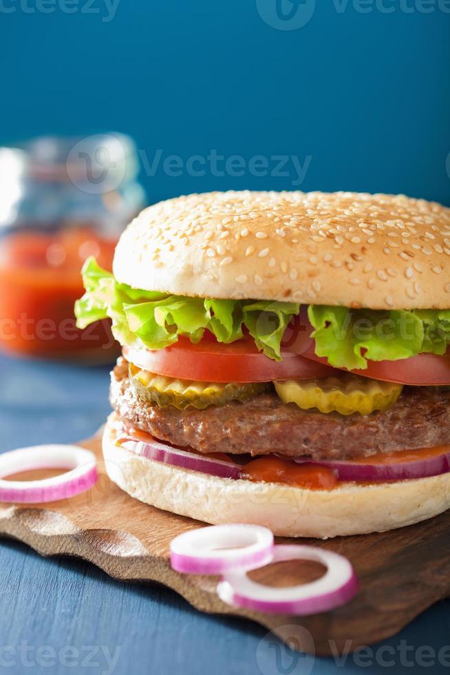 hamburgare med köttsalladslök tomatketchup foto