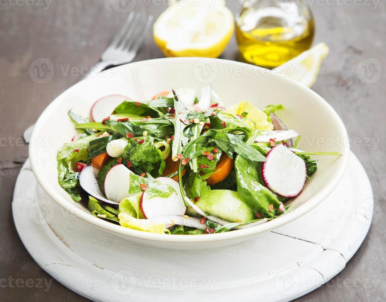 grönsaksalladrätt med färsk organisk sallad, rädisa, morötter foto