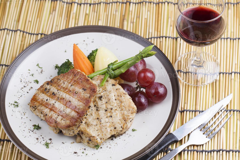 grisköttbiff och rött vin foto