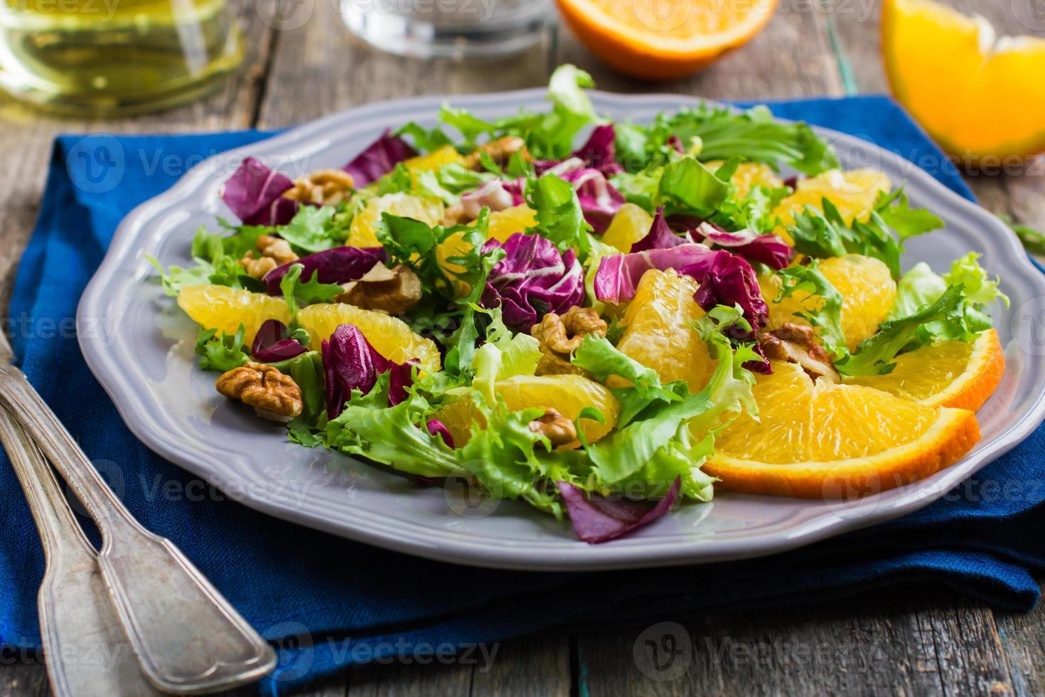 salladblandning med apelsin och valnötter foto
