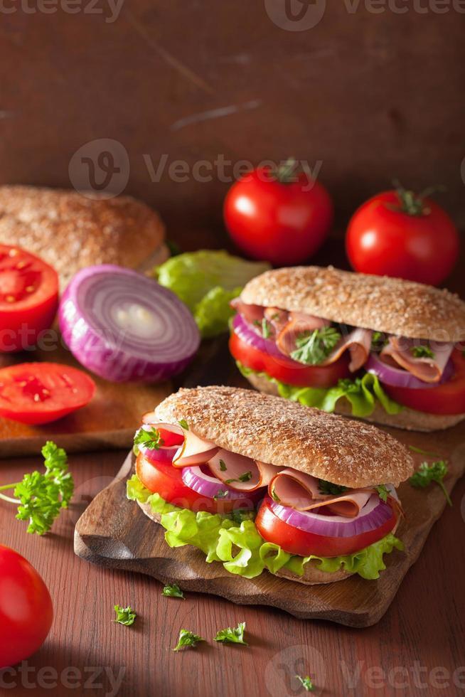 hälsosam smörgås med skinkatomat och sallad foto