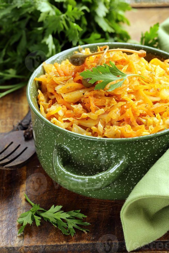 bräserad kål med morötter och tomatsås med kapris foto