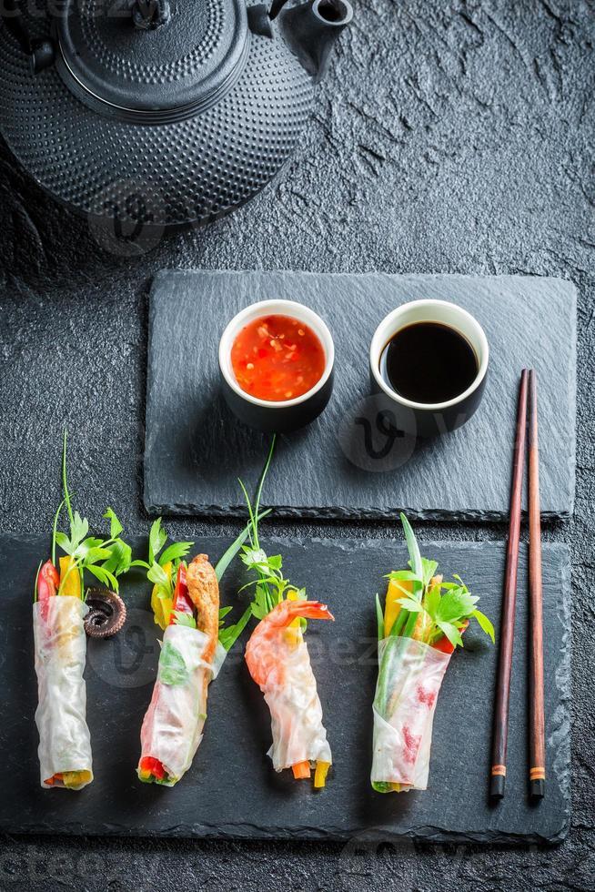 färska vårrullar med grönsaker och risnudlar foto